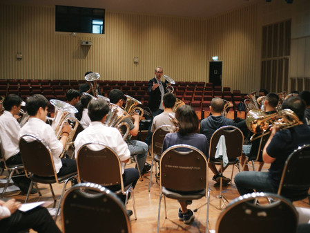 Does buzzing help brass players?