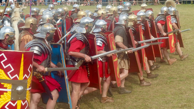 Légionnaires romains formant le coin avec leur centurion