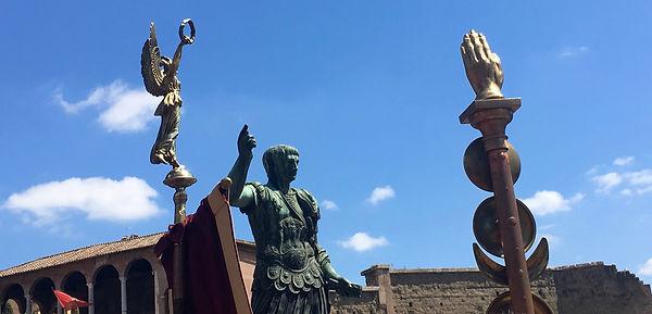 Trajan - forum impériaux à Rome - et enseignes impériales