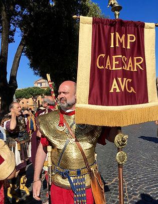 Darius Trimegiste - Fondation de Rome, légionnaire romain qui porte une enseigne impériale