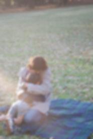 息子を抱きしめる岡部朋子