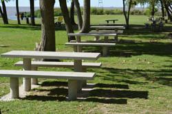 Mesas y bancos