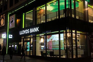 Banking - in-store digital media - Lloyd