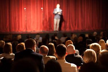 Comediante en el escenario