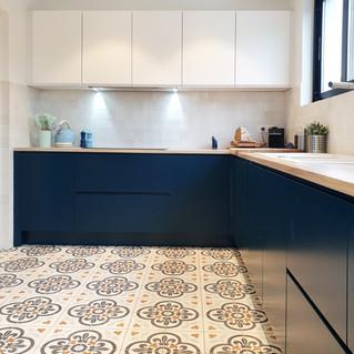 La tentation d'une cuisine bleue: un style contemporain, pure et original