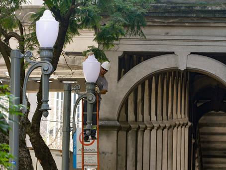 Prefeitura reinstala postes históricos da Borges de Medeiros