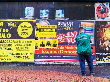 Cartazes irregulares são removidos no Centro Histórico