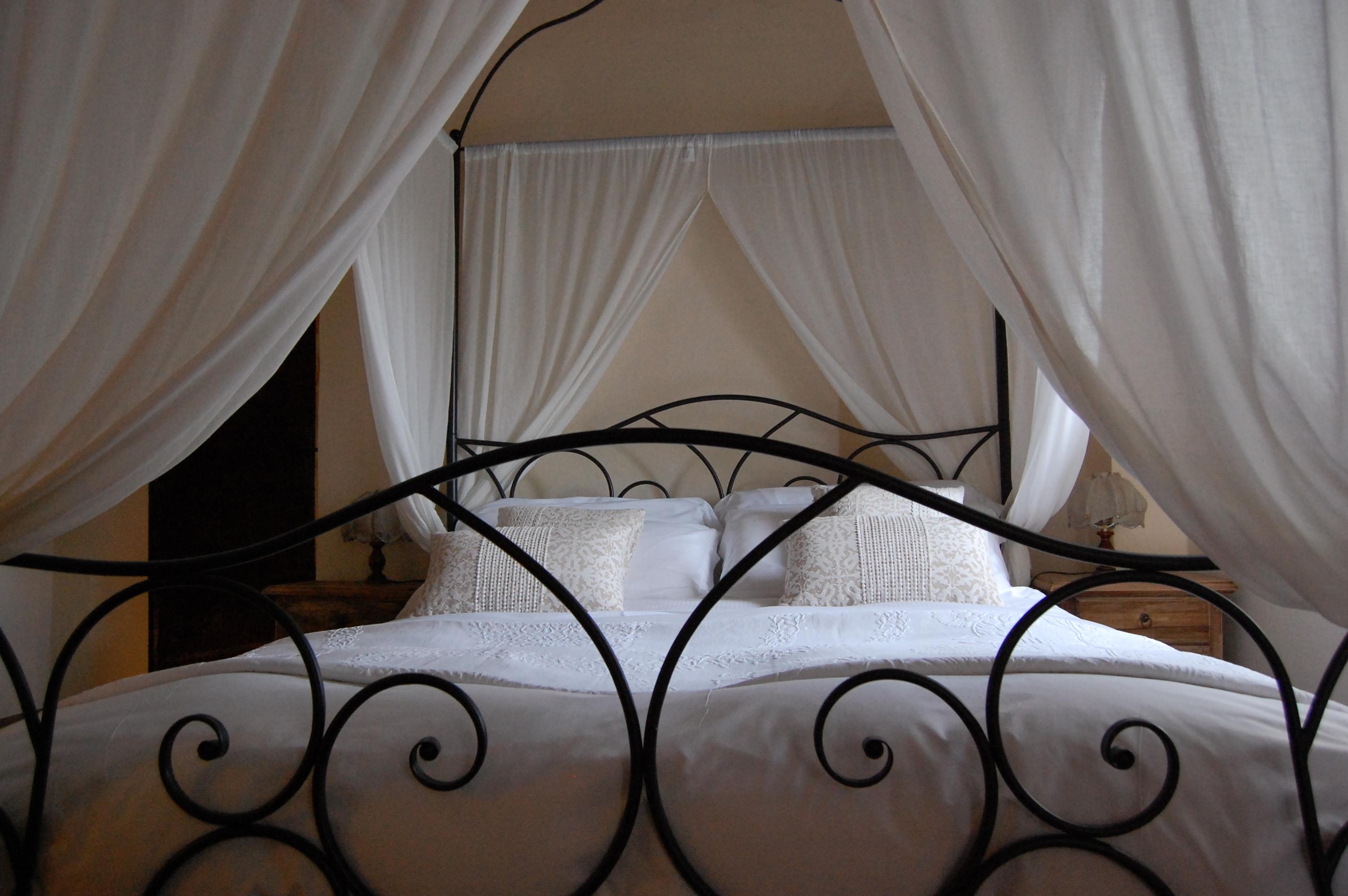 Camera con letto a baldacchino - torre del Barbagianni