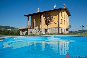 az. agrituristica Ca Bacchetta, con coltuvazione di lavanda e vigne. Ha una piscina e piccola SPA