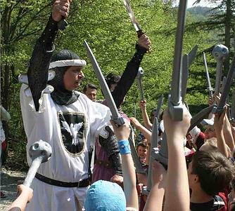 Cavalier Guglielmo nomina i valorosi giovani Cavalieri dopo la battaglia nel bosco contro
