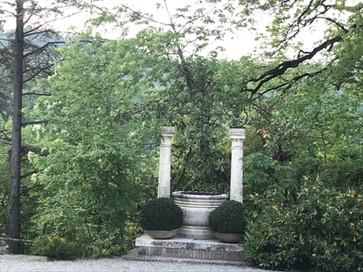 il pozzo nel giardino davanti al ponte levatoio
