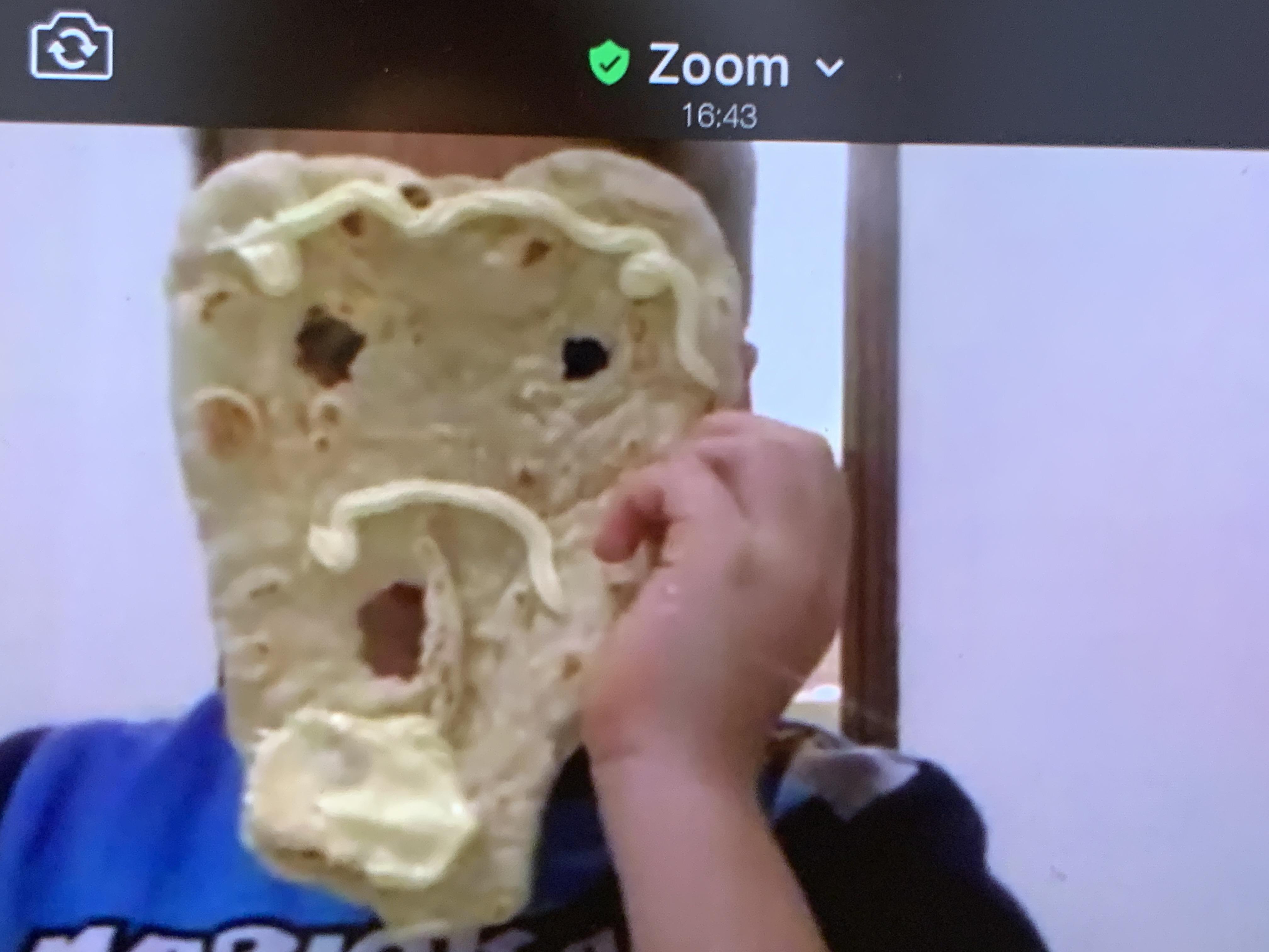un bimbo che partecipa si fa una maschera con la piadina che ha appena cucinato