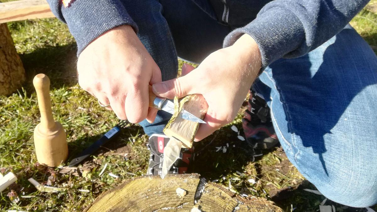 Så er det jo bare igang med snittekniven. Friskfældet birk er nemt at snitte i, så man kan hurtigt få grovsnittet skæftet.