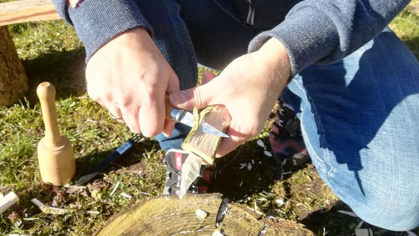 Her er en trin-for-trin gennemgang af hvordan jeg laver en kniv i frisk træ. Herunder kan du se billeder med de forskellige trin samt en forklaring på hvordan jeg gør. Klik på pilen til højre for at gå til næste trin