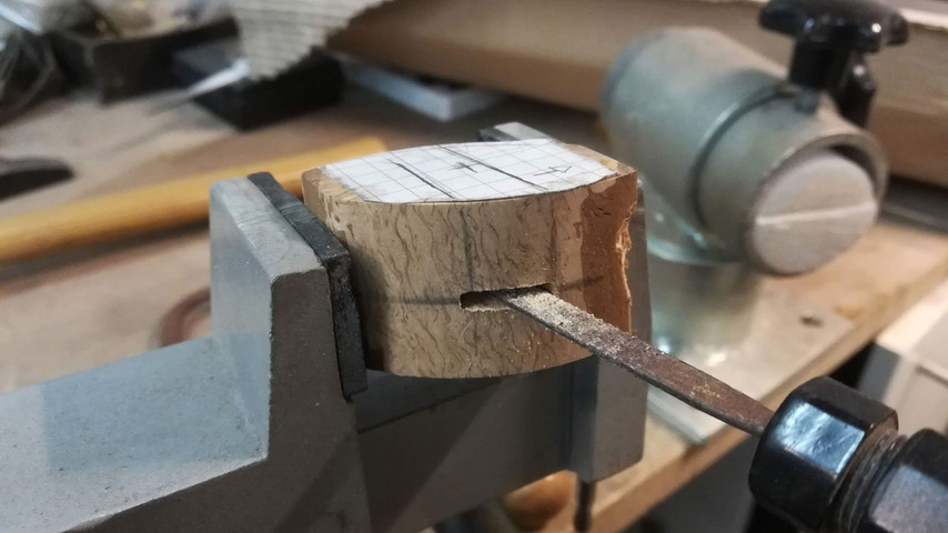 Hullet i mellemstykket tilpasses også så det passer med anglens bredde og højde. Jo mere nøjagtig man kan være med tilpasningen - jo mindre lim skal man bruge.