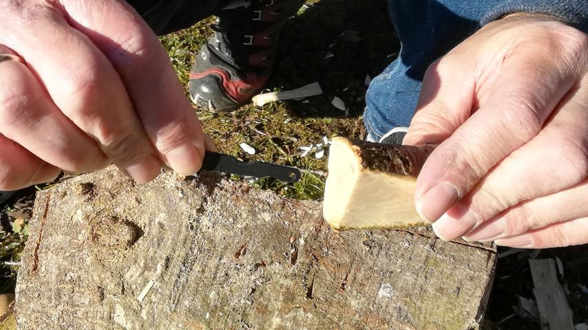 Anglen på knivklingen placeres i hullet midt i grenen.