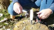 Kniven er snittet færdig. Efterhånden som træet tørrer vil træet trække sig sammen og krympe sig sammen om anglen på knivklingen. Derfor er det ikke nødvendigt at lime klingen fast. Det er en god idé at give skæftet lidt olie - så holder kniven sig pæn.