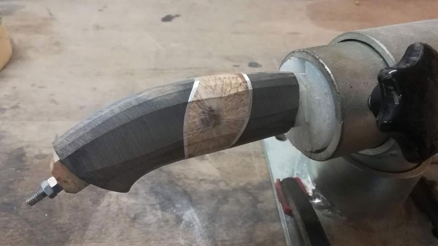 Resten af den grove formning af skæftet foregår med en almindelig håndfil. Når kniven er spændt fast i skruestikken kan man nemt komme til at dreje den og derved arbejde hele vejen rundt om skæftet.