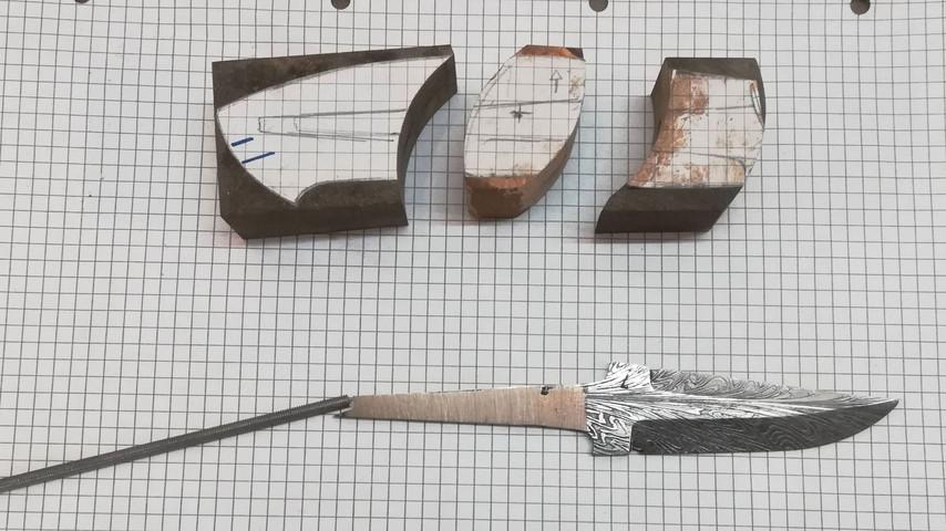 Når man skal lave en kniv med filede indlæg, er det nødvendigt at kunne samle kniven og at kunne skille den ad igen. Derfor svejser jeg en Ø4 mm gevindstang fast på anglen. Samtidig mærker jeg op på bagstykket hvor hullet til gevindstangen skal bores.