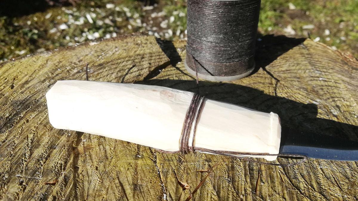 Skulle det ske at skæftet flækker mens træet tørrer, kan man lave en bevikling med en snor eller lignende. Det holder det hele sammen...