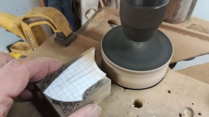 Den indvendige kurve laver jeg med en Ø75 mm gummisliber. Jeg har monteret den i søjleboremaskinen med et land der er 100% vinkelret på sliberen. Det er meget vigtigt at vinklerne passer - ellers er det næsten umuligt at tilpasse de forskellige dele.