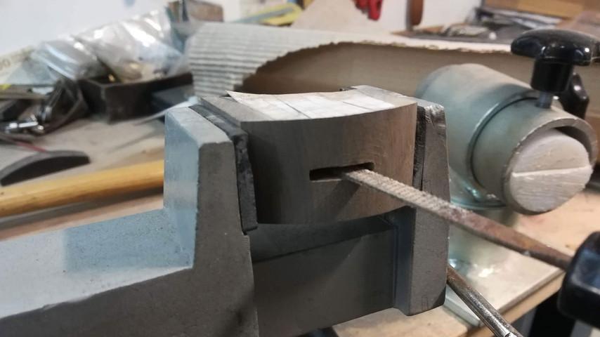 Nu kan jeg file hullet til så det passer med klingens bredde og højde. Det kan godt betale sig at give sig god tid til det - det giver det bedste resultat i den sidste ende. Der skal ikke være luft på siderne af klingen - det kan ses når man limer kniven sammen.