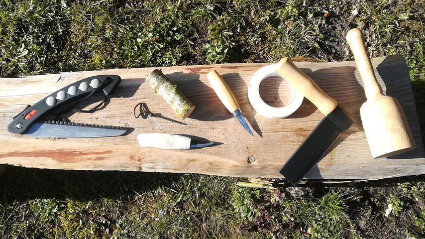 Det er utorlig simpelt at lave sin egen kniv i frisk træ. Egentlig skal man bare bruge en frisk gren, et knivblad og en snittekniv. Jeg har dog her også en sav, et kløvejern, en knippel, et vridbor og noget malertape.