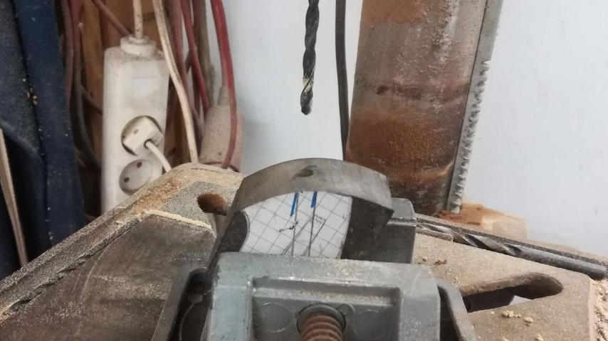 Nu kan jeg bore hullet i bagstykket. Jeg bruger et Ø4,0 mm bor som passer med diameteren på gevindstangen.