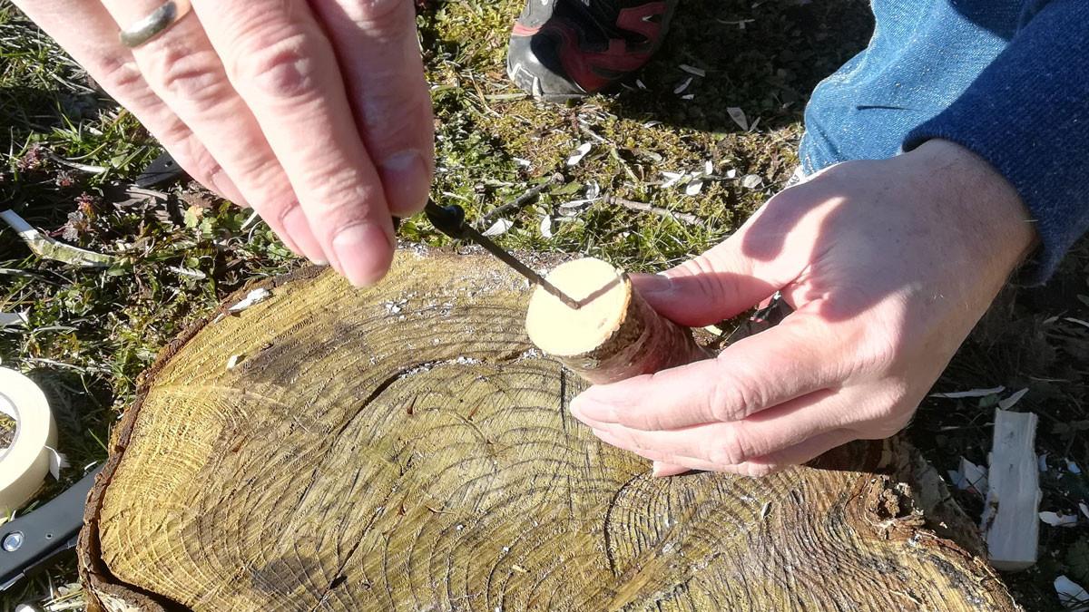 I midten af grenen borer jeg et lille hul med et 3,0 mm vridbor. Man kan også bare bruge en almindelig skruemaskine.