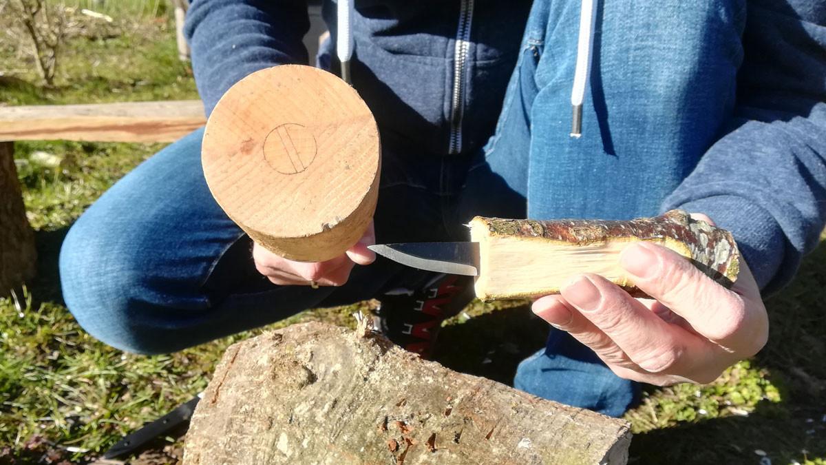 Knivbladet bankes helt i til brystet. Man kan være uheldig at træet flækker når man banker klingen i - så må man finde den ny gren og starte forfra.