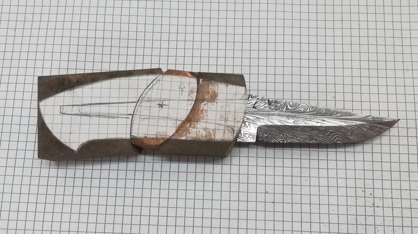 Til sidst passer alle delene sammen... Man kan vælge at lime hele kniven sammen her - eller man kan, som ved denne knv, vælge at lave nogle indlæg i metal.