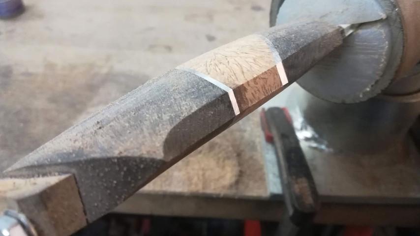 På undersiden af kniven lader jeg tit en flade stå. Dels fordi jeg syntes det ser super flot ud, men også fordi det kan være med til at sikre et godt greb om kniven.