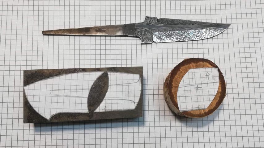 De forskellige dele på kniven, frontholk, indlæg og bagstykket, klippes ud fra tegingen og limes oven på de enkelte stykker.