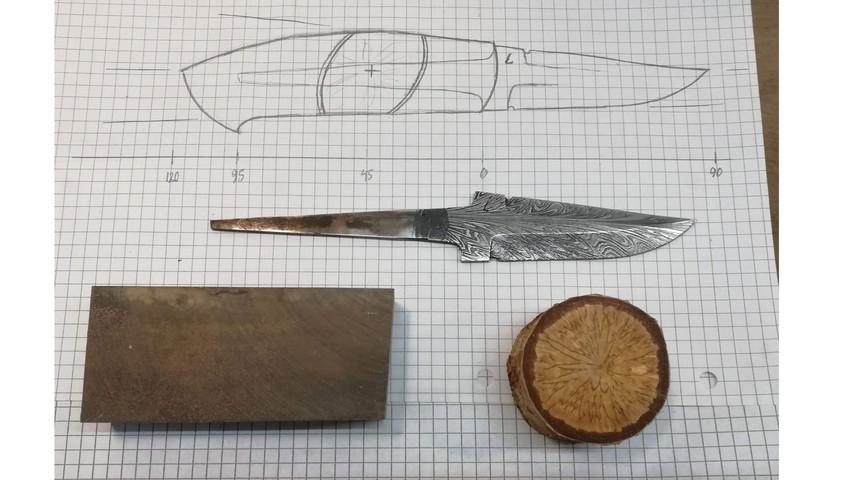 Efter jeg har tegnet kniven op på et stykke papir (se guiden om tegning af knive) udvælger jeg de materialer der skal bruges til kniven. Til denne kniv har jeg valgt dansk masurbirk og stabiliseret poresvamp fra et birketræ.