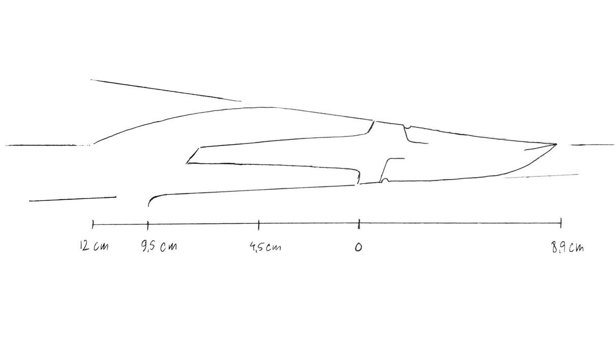 Så er det oversiden af skæftet der skal tegnes... Fra det bredeste punkt - ved 4,5 cm - tegnes en blød bue ned til centerstregen ved de 12 cm. Hvis overgangen ved de 4,5 cm bliver for markant kan den rettes til på tegningen eller når skæftet skal formes. Denne linje kan man godt lege lidt med... det behøver ikke at være en blød bue. Den kan også sno sig som et S eller en anden form - så længe linjen før de 4,5 cm ikke ændres er der frit spil...