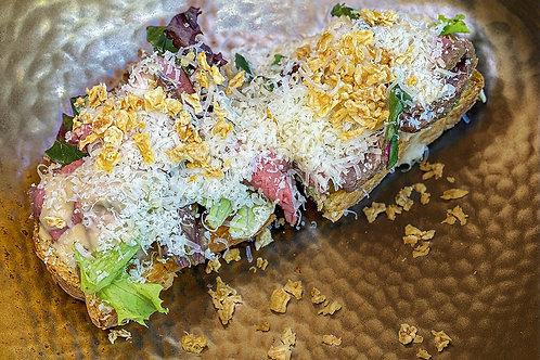 Брускетта с трюфельным ростбифом,пармезаном и  картофельным крамблом