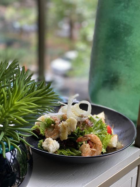 салат с креветками и соусом из фенхеля