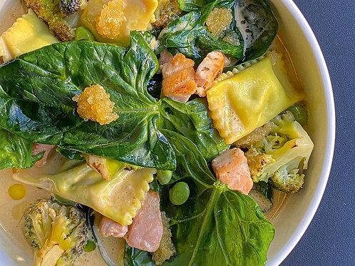 Равиоли с брокколи,жареным лососем и сливочным соусом биск