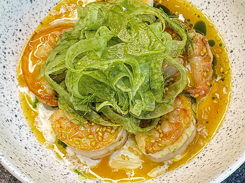 Жареные креветки со страчателлой и цитрусами в соусе из маракуйи