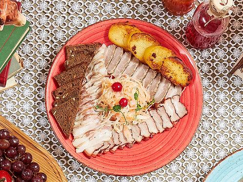 Закуска из трех видов сала с теплым картофелем, гренками и квашеной капустой