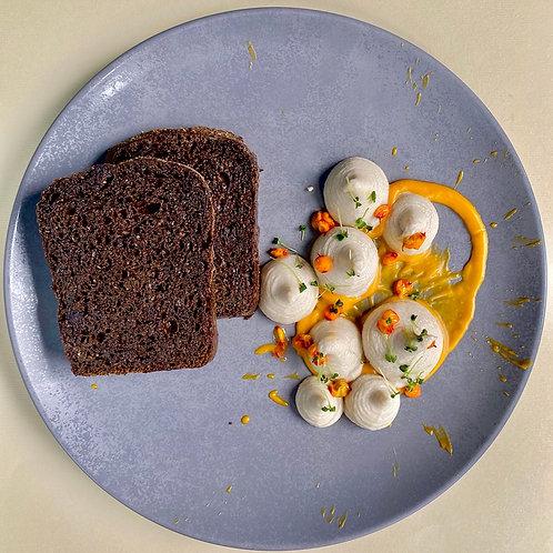 Паштет из копчёной скумбрии с облепихой с хлебом из чернослива