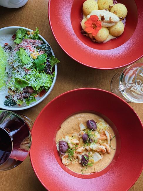 брускетта с ростбифом, орзо с морепродуктами и ромовая баба с лимонным кудром