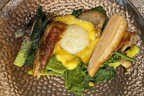 Куриная грудка с припущенными овощами, кремом из кукурузы и яйцом пашот