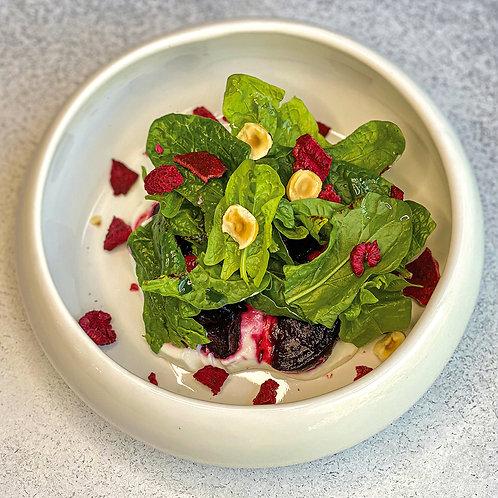 Вяленая свекла в смородиновом соусе, с мягким козьим сыром Шевр и свежими листья
