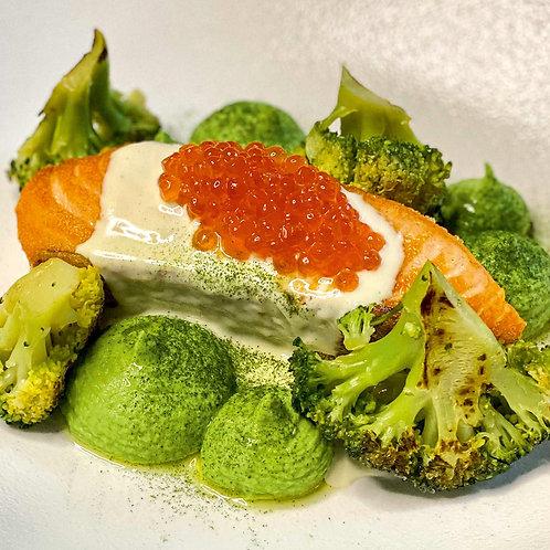Стейк из лосося с паштетом из брокколи и икорным соусом