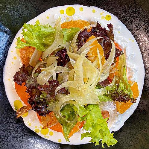 Салат с креветками, сливочной страчателлой, спелыми мандариными, хурмой и соусом