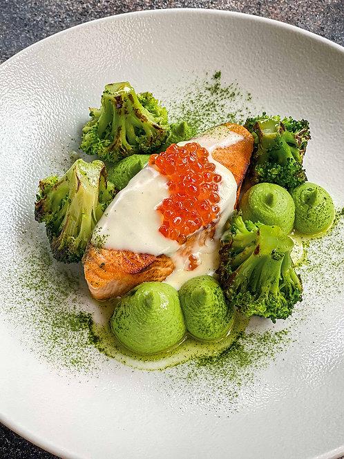 Стейк из лосося с паштетом из брокколи в сливочно-икорном соусе