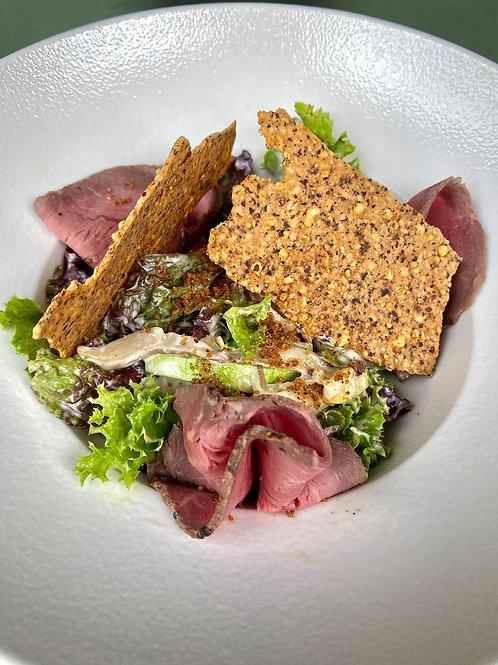 Салат с тёплым ростбифом и вешенками, ореховой заправкой и печеньем из фундука