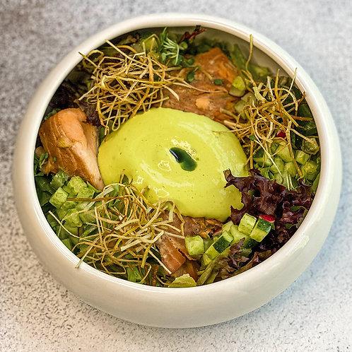 Зеленый салат с копченым лососем,яйцом пашот и кремовым муссом из порея