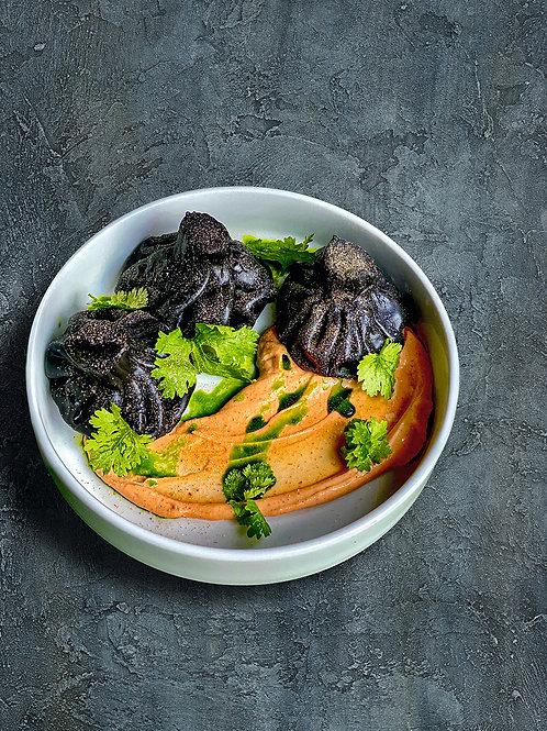 Черные хинкали с креветками, домашним сыром и белой аджикой
